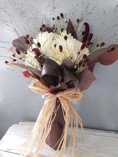 バイオリニストの佐藤俊介さんへ渡されたステージの上での花束。 秋の花達をすっとし...