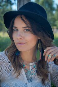 Du suchst noch nach dem perfekten Style für die Festival Saison? Dein Herz schlägt für Boho Chic? Dann schau dir meine Outfit Inspiration im Blog an. Bohemian outfit.   Find the perfect boho look for you with jewellery from desido®   create gipsy and hippy styles with adding rings and necklaces to your outfit.