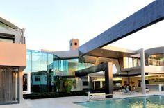Glossy Cal Kempton Park by Nico van der Meulen Modern House Design, Modern Interior Design, Residential Architecture, Interior Architecture, Exterior Design, Interior And Exterior, Kempton Park, African House, Mansions