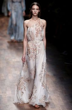 Un dibujo discreto en un vestido blanco y vaporoso puede ser la clave para el 'look' de una dama de honor perfecta, como en esta propuesta de Valentino para la temporada primavera- verano.