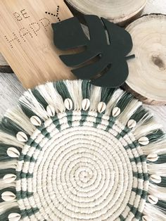 DIY: Make snail-shaped macrame coasters yourself - C .- DIY: Schneckenförmige Makramee Untersetzer selber machen – Macrame instructions for coasters, placemats, wall decorations; Diy Macrame Wall Hanging, Macrame Art, Macrame Design, Macrame Projects, Macrame Knots, Macrame Mirror, Macrame Curtain, Diy Projects, Diy Jewelry Unique