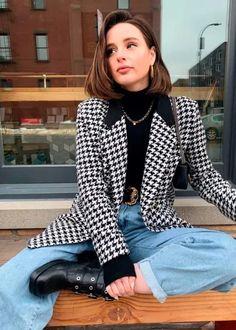 Foto: tayhage - Clássico desde os anos 20 xadrez pied de poule, que hitou neste inverno, sempre foi visto com uma padronagem que confere requinte ao visual. Confira esta produção com suéter preto, blazer pied de poule, mom jeans e bota preta e muitas outras ideias de looks com xadrez pied de poule. Winter Outfits, Cool Outfits, Winter Clothes, College Looks, Fall Lookbook, Chic, Polka Dot Top, Casual Looks, Tartan