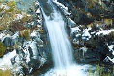 Cascadas en Cardaño de Arriba, dentro del parque natural fuentes carrionas y fuentes cobre, monataña palentina,  en una mañana congelada.