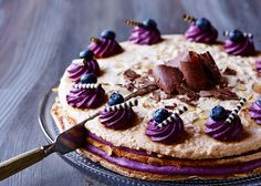 Fragelitélagkage med brombær, solbær og blåbær