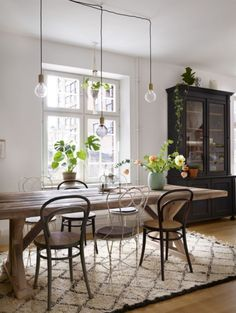 Mixed dining chairs at wooden table. Industrial Dining Chairs, Mid Century Dining Chairs, Modern Dining Chairs, Living Room Chairs, Dining Table, Industrial Farmhouse, Vintage Industrial, Decoration Inspiration, Dining Room Inspiration