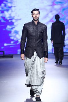New wedding dresses indian men tarun tahiliani 18 ideas Mens Indian Wear, Mens Ethnic Wear, Indian Groom Wear, Indian Men Fashion, Indian Man, India Fashion, Men's Fashion, Fashion Week 2015, Mens Fashion Week