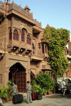 hotel elevation Haveli in Jodhpur, India Mughal Architecture, Architecture Building Design, Vernacular Architecture, Beautiful Architecture, Residential Architecture, Villa Design, House Design, Mud House, Courtyard House Plans