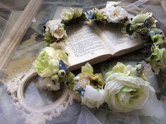 ホワイト&グリーンの爽やかな花冠です。サムシングブルーの小花もあしらっています。10個の髪飾りパーツを組み合わせて作ってありますので、髪飾りとしてお使いいただ...|ハンドメイド、手作り、手仕事品の通販・販売・購入ならCreema。