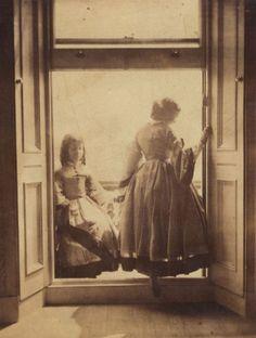 Clementina Maude, vicomtesse Hawarden, née en 1822, est une des pionnières de la photographie pendant la période victorienne en Angleterre. Elle découvre la photographie en 1858 alors qu'elle vit en Irlande, mais déménage à Londres dès l'année suivante. Une fois installée dans sa maison de South Kensington, elle en vide un étage de toutes ses …
