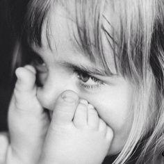 Reportaje infantil, recuerdos para compartir. 📷 #barcelona #blancoynegro #byn #cariño #compartir #canon #emayte #emaytecom #familia #fotografía #fotógrafo #hermanos #infantil #mirada #niños #recuerdos #retrato #reportaje