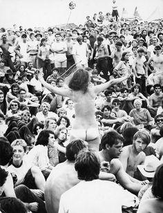 Girls From Woodstock 1969 Show The Origin Of Todays Fashion 1969 Woodstock, Festival Woodstock, Woodstock Hippies, Woodstock Music, Woodstock Concert, Joe Cocker, Coachella, Joan Baez, Creedence Clearwater Revival