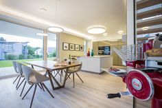 Koch-/Esszimmer : Moderne Esszimmer von Die HausManufaktur GmbH