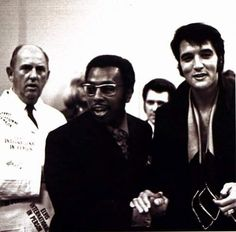 sly mino  • à l'instant     Elvis press conference , august 1 1969 in Las Vegas . Elvis at the reception after the press conference ..