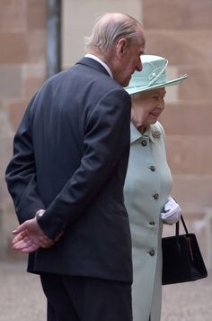 Accompagnée du prince Philip, la reine Elizabeth II est pour deux jours en Irlande du Nord. Et malgré le Brexit, elle n'a pas perdu son sens de l'humo...