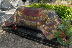 Rudolf Nureyev's tomb in Sainte-Geneviève-des-Bois designed by Ezio Frigerio executed in mosaic by Akomena La Danse Macabre, Graven Images, Old Cemeteries, Graveyards, Margot Fonteyn, Cemetery Art, Cemetery Monuments, Nureyev, Ballet Dancers