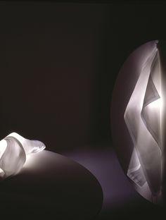 Die Leuchte Delight zeichnet sich durch ein Spiel mit Licht und Schatten aus. Das hitzebeständige Tuch lässt sich immer wieder neu gestalten. | Wandleuchte | Tuch | verspielte Form | weiß | Wohnraum |Wandlampe | Blickfang | kreativ | Designobjekt | #ingomaurer #licht #lichtdesign #wandleuchte #frankeleuchten #unsereideenleuchten Ingo Maurer, Form, Abstract, Artwork, Light Fixtures, Light Design, Light And Shadow, Chair, Summary