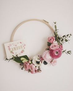 Sewing room wreath made with a wooden hoop and flowers. Ideas for ~ … Les images impressionnantes de broder video … Embroidery Hoop Crafts, Paper Embroidery, Felt Flowers, Paper Flowers, Diy Flowers, Floral Hoops, Wooden Hoop, Deco Floral, Hula Hoop