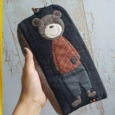 사진 설명이 없습니다. Patchwork Bags, Quilted Bag, Quilt Patterns, Sewing Patterns, Handmade Purses, Hand Embroidery Designs, Applique Quilts, Hand Quilting, Crochet Dolls
