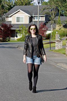 Pra variar o look de frio, aposte na dupla shorts jeans + meia-calça! Arremate com jaquetinha de couro e botinha de cano curto