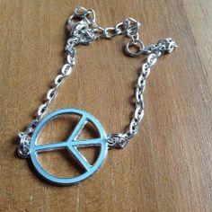 Dit is onze nieuwe Armband zilverkleurig peace. Gemaakt voor de echte peacemakers. Hij is verkrijgbaar in meerdere maten en meerdere kleuren!