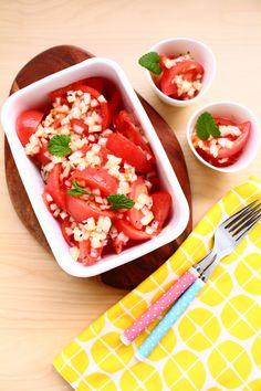 和風のこんだてにも洋風メニューにも合う、作り置き用トマトのサラダ。シャキシャキの玉ねぎをたっぷり混ぜ込んだヴィネガードレッシングでマリネします。かんたんに作れて止まらないおいしさ。春夏の食卓にぜひどうぞ。 Vegetable Recipes, Salsa, Appetizers, Mexican, Dishes, Vegetables, Cooking, Ethnic Recipes, Kitchen