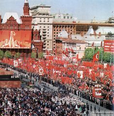 A collection of current and historic photos of Lenin's Masuoleum in Moscow, his embalmed body and the Kremlin Wall Necropolis Russian Fashion, Russian Style, Back In The Ussr, Girls Frontline, Soviet Union, Eastern Europe, Historical Photos, Old Photos, Paris Skyline