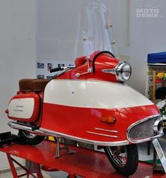 "ze Last Chance Garage du Jawa 350 type 354 ""NanuK"" Motor Scooters, Vespa Scooters, Sidecar, Vintage Motorcycles, Cars Motorcycles, Jawa 350, How To Clean Headlights, Retro Scooter, Motorcycles"