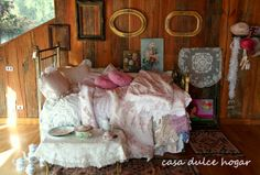 casa dulce hogar: Brass bed with new and flea market bedding