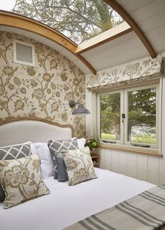 casas pequeas Hideaway Shepherds Huts at Buckland Abbey Living Haus, Tiny House Living, Shepherds Hut, Tiny Spaces, Tiny House Design, House On Wheels, Glamping, Interior Design, Decoration