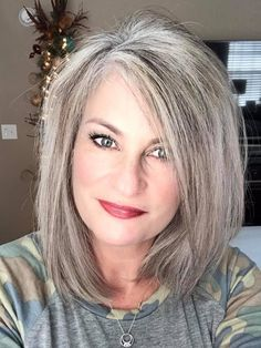I had my hair trimmed to cut off some of the damaged, processed hair. I wish I could snap my fingers and it would all be good, healthy, silver hair 👩🏼🦳 Blonde Grise, Medium Hair Styles, Short Hair Styles, Grey Hair Transformation, Grey Hair Inspiration, Gray Hair Highlights, Gray Hair Growing Out, Hair Color And Cut, Silver Grey Hair