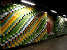 La plupart des stations du métro de Stockholm ont été creusées dans la roche puis des artistes s'en sont emparés pour transformer chacune en une véritable oeuvres d'art architecturale unique.