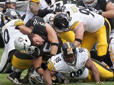 Die Football-Profis der Oakland Raiders und der Pittsburgh Steelers bilden einen Menschenhaufen. Bei der NFL-Partie ging es hart zur Sache. Am Ende gewannen die Raiders 34:31. (Foto: John G. Mabanglo/dpa)