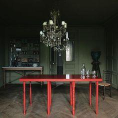 """Astuce : pour obtenir un beau rouge, on peut mettre dans la base d'impression glycéro une pointe de colorant noir.   1 plateau en stratifié IKEA 175 x 80 cm, 69 € + 8 pieds en bois naturel, Leroy Merlin, H. 73 cm, 12 € pièce + 1 l d'impression glycéro blanche Tollens, 18 € le pot + 1,5 l de laque rouge (du nuancier Grand Totem, gamme """"Normaé""""), 29,90 € le pot de 1l"""