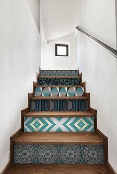 Déco escalier avec papier peint coloré