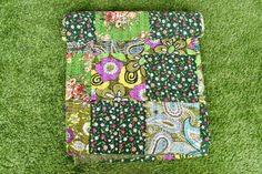 Cotton fabric Queen size kantha quilt blanket bed spread throw Green on Multi color Floral Pattern on The Front Side. Quilted Pillow Shams, Quilted Bedspreads, Purple Bedspread, Farmhouse Quilts, Hawaiian Quilts, Pink Bird, Red Barns, Kantha Quilt, Quilt Bedding