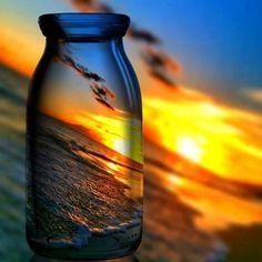 Mensaje de atardecer,    de luz de sol…    con sabor a sal…    Esperanza de permanecer    como la última ola    con aroma de mar    que acaricie tu orilla…    Deseo de ser    color de oro,    la sensación que guardes    como único tesoro.