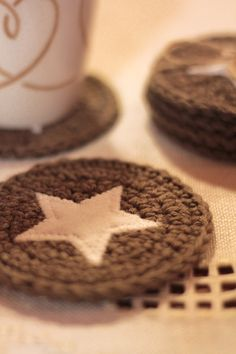 Crochet Coaster with appliqued star. can you say Captain America coasters? Crochet Simple, Love Crochet, Crochet Gifts, Diy Crochet, Crochet Potholders, Crochet Doilies, Crochet Coaster, Crochet Home Decor, Crochet Kitchen