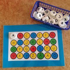 Vi kommer att under några inlägg framöver visa hur vi har gjort olika sorters aktiviteter av återvunnet material (mjölkförpackningslock). Detta bl.a. för att bygga vidare på barnens intressen och därmed öka meningsfullheten så att leken utvecklas. Här har vi gjort alfabet att matcha lika på lika. #förskola #lpfö#utvecklaleken#byggapåintresse #lägglika#bokstavslek#alfabetet #meningsfullhet#mjölkförpackningslock#återvunnetmaterial