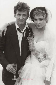 Madonna y Sean Penn se casaron en el matrimonio duró cuatro años. Celebrity Wedding Photos, Celebrity Couples, Celebrity Weddings, Dona Summer, Madona, Madonna 80s, Madonna Rare, Famous Couples, Celebs