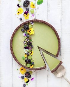 Raw, vegan matcha cheeze tart with almond & chocolate crust by Mei Yee Check out her page for this recipe 😉 Raw Cake, Vegan Cake, Tart Recipes, Dessert Recipes, Do It Yourself Food, Bolo Cake, Cheese Tarts, Raw Desserts, Raw Vegan