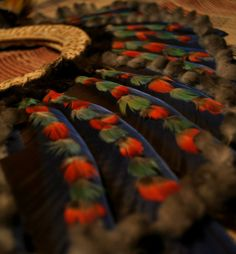 Arte plumario – sind bunte Ornamente aus Vogelfedern für zeremonielle Gewänder und Kopf- und Körperornamente in südamerikanischen und mittelamerikanischen Kulturen und somit auch in Paraguay.