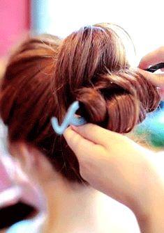[Chuu]おだんごヘアメーカー ピンを使わず、簡単にふわふわボリュームおだんごヘアにアレンジ♪ おだんごヘアの作り方が苦手な方にもオススメです◎ 憧れのおだんごヘアで、可愛くて乙女チックな気分を満喫してみ!