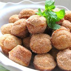 Donut Muffins -- mini muffins that taste like cinnamon sugar donuts Donut Muffins, Mini Muffins, Mini Donuts, Doughnuts, Köstliche Desserts, Delicious Desserts, Dessert Recipes, Yummy Food, Muffin Recipes
