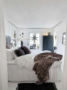 White bedroom and ceiling panel Neutral Bed Linen, Black Bed Linen, Cozy Bedroom, Bedroom Decor, White Bedroom, Rue Verte, Gravity Home, Cheap Bed Sheets, Bed Linen Sets