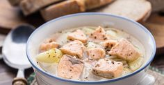 Deux poissons pochés avec des légumes et du vin blanc, pour une blanquette de la mer délicieuse et très simple à faire.