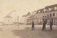 De Kraanpoort links, en enige huizen tussen de Lage Markt en de Grotestraat in 1866.