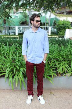 Evandro Pezzi - Camisa azul + calça marsala + tênis branco