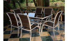 Fantástico comedor para jardín en una elegante combinación de tonos marrones. Compuesto por seis sillas en fabricadas en textilene y una mesa rectangular en aluminio y cristal, este conjunto de calidad le permitira disfrutar este verano al máximo de su jardín o terraza.