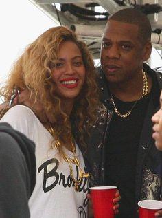 4 est le chiffre fétiche de M. et Mme Carter. Beyoncé est née un 4 septembre, Jay-Z un 4 décembre et ils se sont mariés le 4 avril 2008. En guise d'alliance gravée sur la peau à jamais, ils ont donc décidé de se tatouer un 4 en chiffre romain sur l'annulaire gauche.