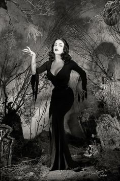 This is a great Vampira look alike. This is not Maila Nurmi but she did a damn great job! Halloween Pin Up, Vintage Halloween Photos, Retro Halloween, Retro Horror, Vintage Horror, Arte Horror, Horror Art, Dark Beauty, Gothic Beauty
